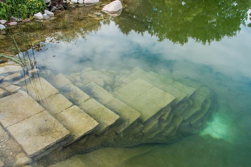 Schwimmteich mit Natursteintreppe
