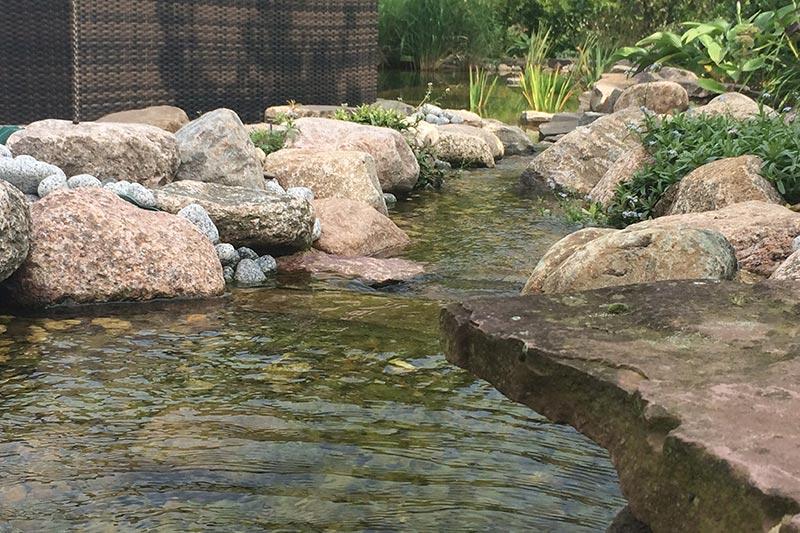 Bachlauf in einen Schwimmteich