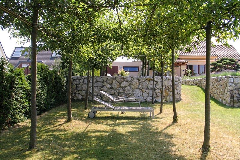 Gartengestaltung mit Naturstein-Mauer