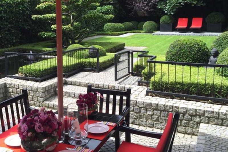 Terrasse mit Zaun und Garten