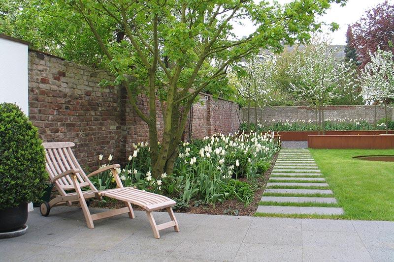 Terrasse mit Gartenweg