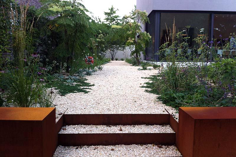 Moderner, grüner Garten