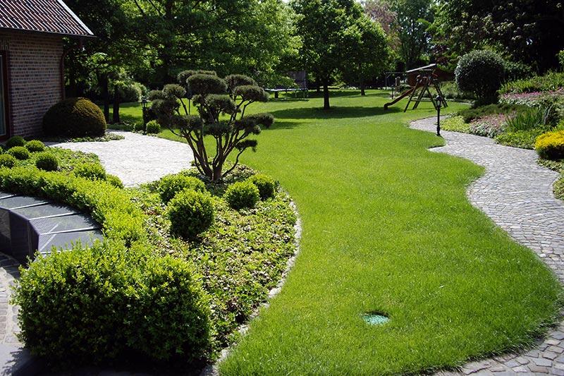 Ein grüner, heller Garten