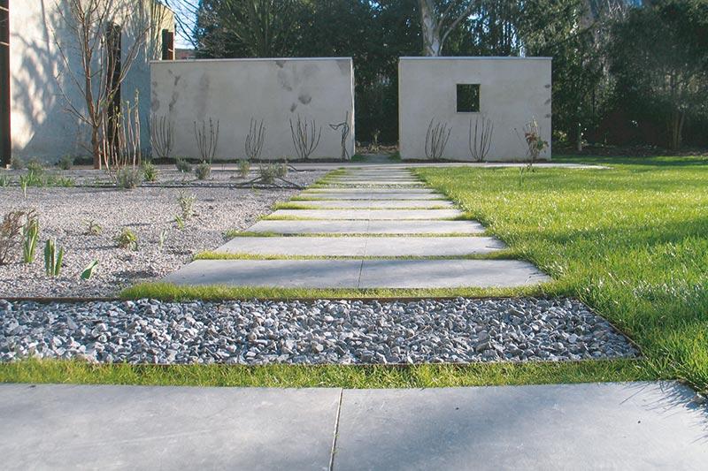 Pflaster mit Steinen und Rasen